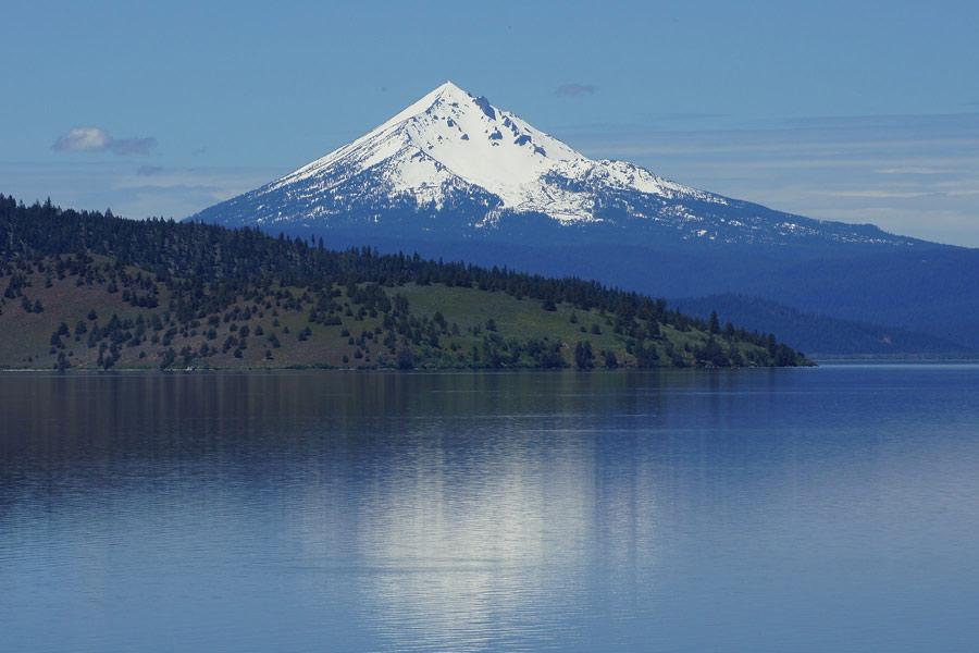 Mount_McLoughlin_Klamath_Lake